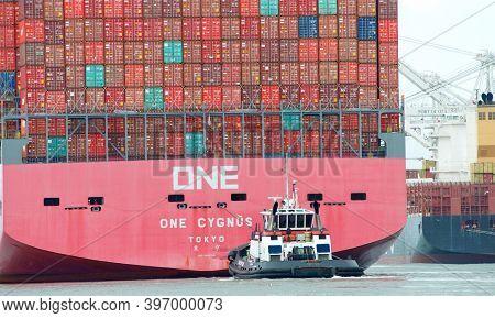 Oakland, Ca - Nov 18, 2020: Tugboat Assisting Cargo Ship One Cygnus To Maneuver Out Of The Port Of O