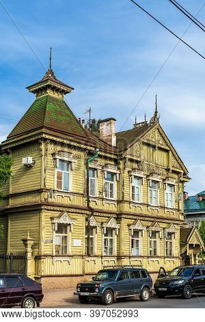 Russia, Kostroma, July 2020. The Facade Of An Interesting Wooden House Built In The Early 20th Centu