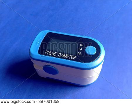 Pulse Oximeter Healthy Concept. Measuring Heart Beat Per Minute And Oxygen Intake. Pulse Oximeter El