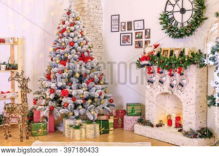 Christmas Decor Of The Living Room . The Decoration Of The Room. Christmas Snow-covered Fir Tree Wit