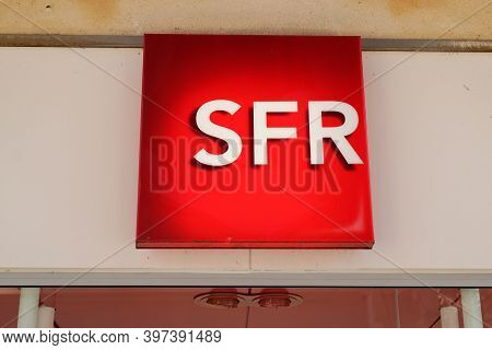 Bordeaux , Aquitaine  France - 11 21 2020 : Sfr Sign And Text Logo French Phone Operator Brand Shop
