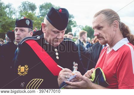 Moscow, Museon Park, September 4, 2016: The Leader Of The Scottish Pipers Orchestra Gives An Autogra