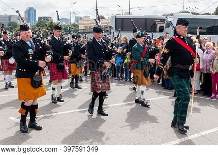 Moscow, Museon Park, September 4, 2016: Parade Of The Orchestra Of Scottish Pipers In Traditional Fo