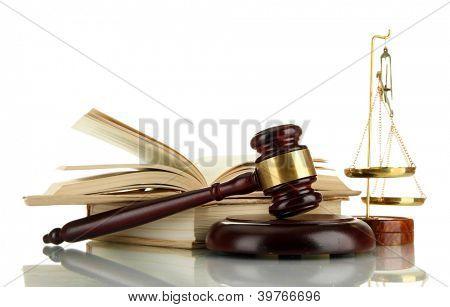 Ouro balança da Justiça, martelo e livros isolados no branco