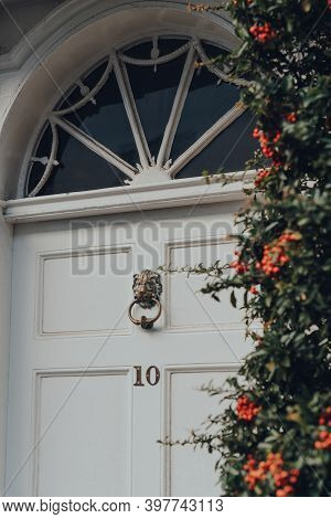 Rye, Uk - October 10, 2020: Front Door With A Metal Lion Head Door Knocker Of A Traditional English