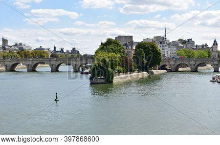 Paris, France. August 17, 2018. View Of Seine River, Pont Neuf, Ile De La Cite And Square Du Vert-ga