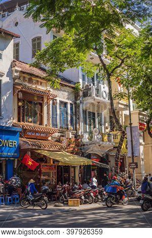 Hanoi, Vietnam - 10.10.20: People Drink Coffee, Tea Or Juice Fruit On Cafe Stall On Sidewalk In Cent