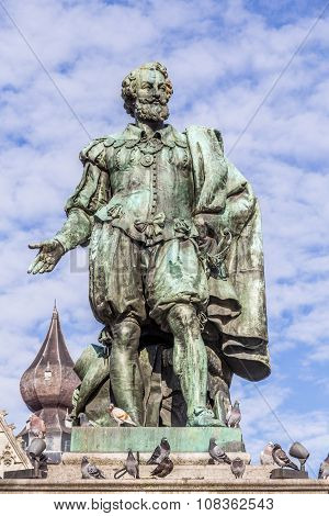 ANTWERP, BELGIUM - OCTOBER 31, 2013: Statue of painter Peter Paul Rubens