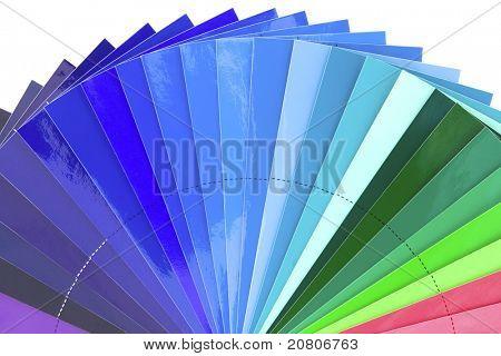 Verde a azul a escala da carta de cor isolada no fundo branco