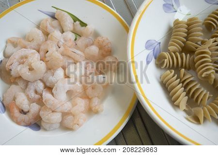 frozen shrimps as ingredient to prepare wholemeal pasta and shrimps