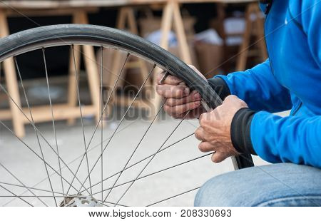 disassembling a bicycle tyre after a puncture