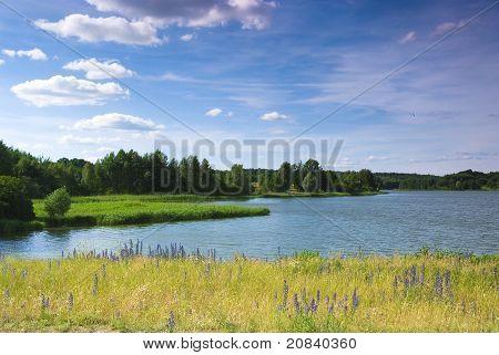 Fluss und blauer Himmel