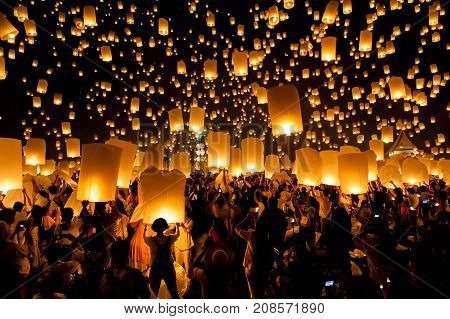 Chiang Mai, Thailand - Oct 25, 2014: People Are Launching Sky Lanterns During Yi Peng And Loy Kratho