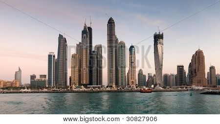 Wolkenkratzer in Dubai Marina bei Sonnenuntergang