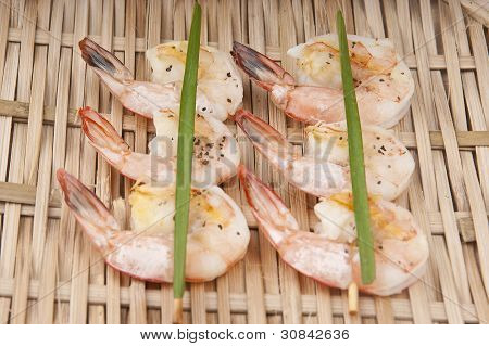 delicious fresh shrimp on a basket peeled with Skewerand cives