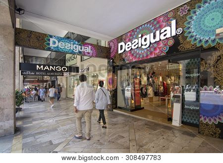 Shopping Street Jaime Iii With Wellknown Brand Names