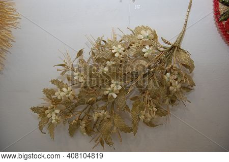 The Art Of Straw Weaving. Compositions, Flowers And Wreaths Of Straw.
