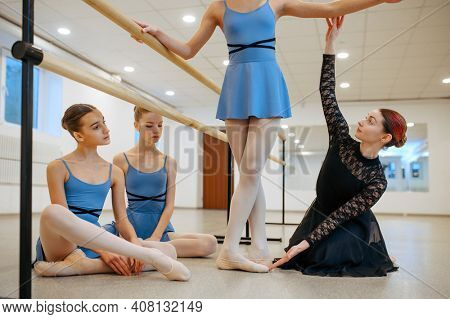 Master works with ballerinas at the barre in class