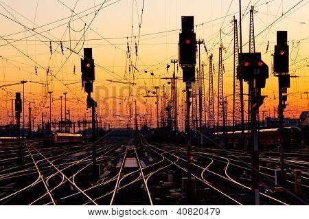 Eisenbahnschienen bei Sonnenuntergang