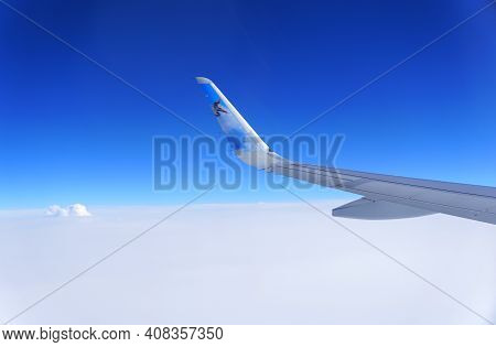 New Castle, Delaware, U.s.a - February 14, 2021 - The Frontier Airlines Plane Wing On The Blue Sky