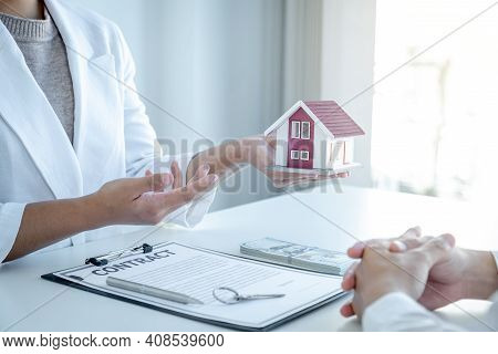 The Real Estate Agent Explains The Business Contract, Rent, Purchase, Mortgage, A Loan, Or Home Insu