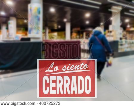 Sorry We Are Closed Inscription In Spanish. Closure Sign Of Shopping Mall, Protection Measures Again
