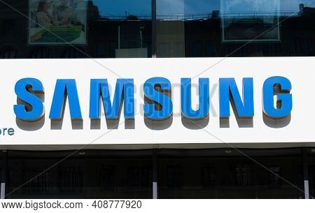 Moscow, Russia - May 26. 2019. Samsung- Logo On Signboard, Facade Of The Building
