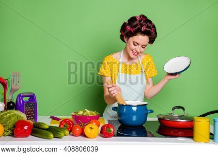 Photo Vintage Stylish Girl Cook Delicious Dinner Pasta Boil Sauce Pan Enjoy Cook Table Cucumber Toma