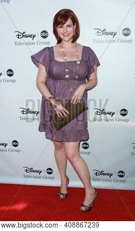 LOS ANGELES - AUG 08: Sara Rue arrives to the 2009 Disney-ABC Televison Group Summer Press Tour on August 08, 2009 in Pasadena, CA