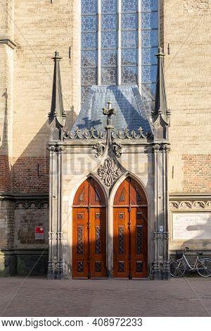 Deventer , Netherlands - Janauri 31, 2021: Historic Wooden Entrance Door Of Sint Nicolaaskerk Or Ber