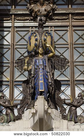 Queen of Time statue, Oxford Street