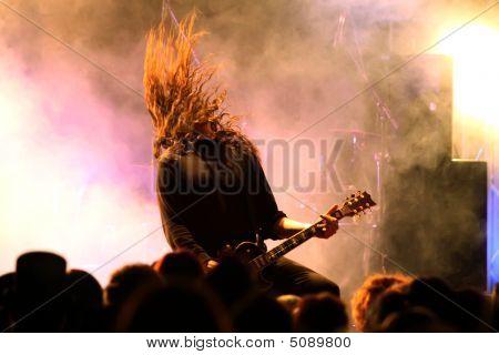 Gitarrenspieler in Aktion auf der Bühne