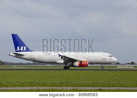 Amsterdam Airport Schiphol - Airbus A320 Of Sas Scandinavian Airlines Lands