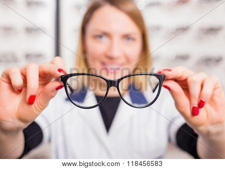 Optometrist suggesting glasses