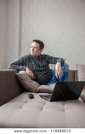 The man on a sofa with laptop