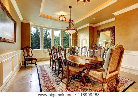 Elegant Dinning Room With Great Decor.