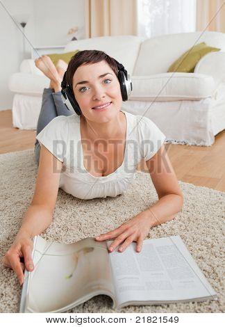 Porträt einer Frau mit einem Magazin einige Musik genießen