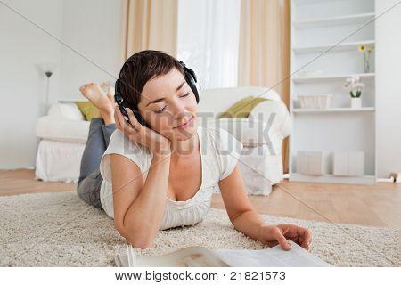 Süße Frau mit einem Magazin einige Musik genießen