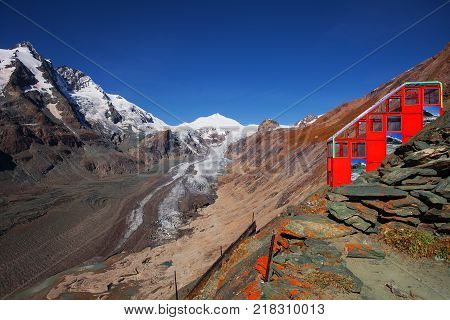 The cableway to Pasterze glacier  from  Kaiser-Franz-Josefs-Hoehe, Alps, Austria