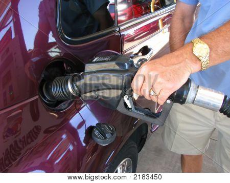 Man pumpt Gas