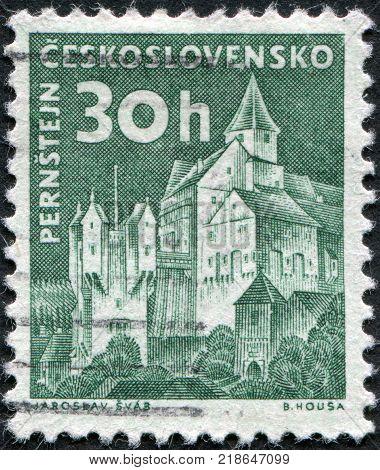 CZECHOSLOVAKIA - CIRCA 1960: A stamp printed in the Czechoslovakia shown Pernstejn Castle circa 1960