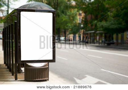 Leere weiße Plakat an Bushaltestelle