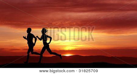 Frauen und Männer während des Sonnenuntergangs ausgeführt