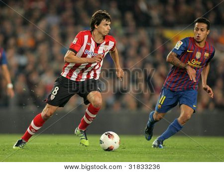 BARCELONA - MARCH, 31: Ander Iturraspe(L) of Athletic Bilbao vies with Thiago Alcantara(R) of Barcelona during the Spanish league match at the Camp Nou stadium on March 31, 2012 in Barcelona, Spain