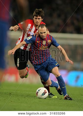 BARCELONA - MARCH, 31: Ander Iturraspe(L) of Athletic Bilbao vies with Andres Iniesta(R) of Barcelona during the Spanish league match at the Camp Nou stadium on March 31, 2012 in Barcelona, Spain