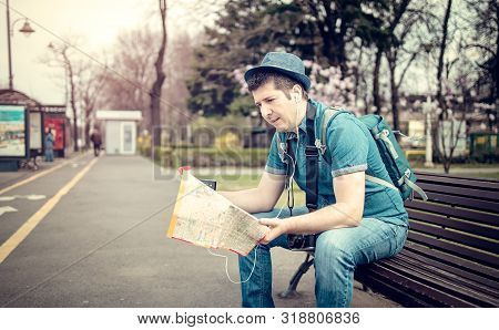 Tourist Lost In A City Checking Maps And Calling A Friend - Unfriendly Tourist Infrastructure Destin