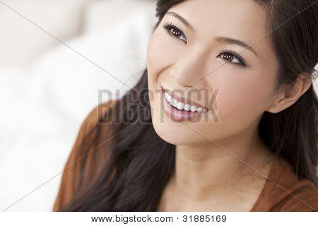 eine schöne junge chinesische asiatische orientalische Frau mit einer wundervollen Büroangestellter