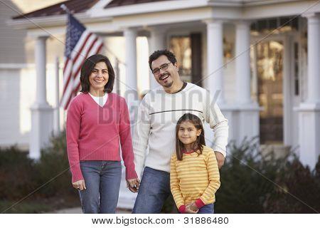 Retrato de familia en frente de la yarda