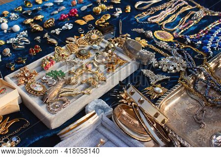 Antiques On Flea Market Or Seasonal Festival - Vintage Jewelry, Silver Brooches And Other Vintage Th