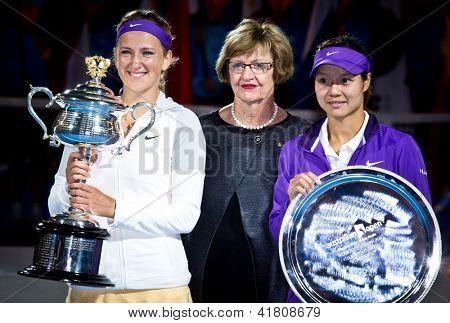MELBOURNE - 26 januari: Victoria Azarenka (L) i Vitryssland med legend Margaret Court och tvåan Li
